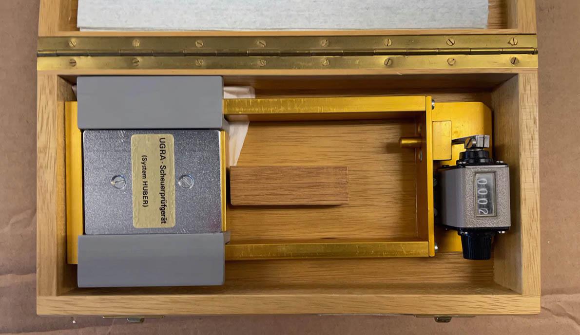 Проверка оттисков на истирание проводилась при помощи специального приспособления  UGRA Scheuerprüfgerät